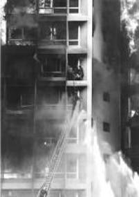 Bombeiro tentaresgatarvítimas presasno edifício Joelma, 01/02/1974.