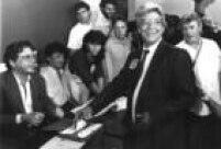 Em São Paulo, Mário Covas coloca seu voto na urna naeleição presidencial de 15/11/1989.