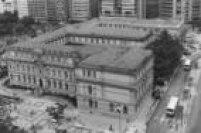 """De arquitetura neo-renacentista, o edifício tem o formato de""""E"""" (de educação). Foto de 1986"""