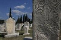 Patrimônio Cultural.Os monumentos de Stecci, um conjunto de cemitérios e sepulturas medievais espalhados pela Bósnia e Herzegovina, Sérvia, Montenegro e Croácia, datam do século 12 ao século 16 da Era Comum e foram esculpidos, em sua maioria, com pedra calcária. Chamam a atenção os desenhos neles insritos
