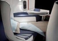 """US$ 1.899 (São Paulo-Paris-São Paulo) - A poltrona da executiva da<a href='http://www.airfrance.com.br/cgi-bin/AF/BR/pt/common/home/voos/bilhete-aviao.do' target='_blank'>Air France</a>é, segundo a companhia, um """"casulo que abraça o passageiro"""": deita completamente e fica com 1,96 metro de comprimento, tem travesseiro de penas e protege o viajante dos olhares do corredor. Há compartimentos para guardar bolsas, ajuste automatizado das posições da poltrona, tomada elétrica e entrada USB. Econômica: desde US$ 549"""