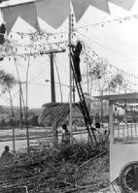 Preparação para o Arraial de Festa Junina em Capivari, SP, década de 1970.