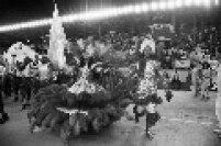 Mestre-sala e porta-bandeira durante desfile da escola de samba Rosas de Ouro, campeã do Carnaval de são Paulo no ano de 1991. A escola foi a primeira campeã no Anhembi.