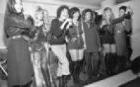A atriz<a href='http://https://acervo.estadao.com.br/noticias/personalidades,leila-diniz,718,0.htm' target='_blank'>Leila Diniz</a>e eleco dapeçateatralAs Garotas da Bandarecebem homenagens, no Clubinho,São Paulo,29/4/1971.