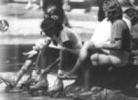 Meninas amarram seus<a href='http://acervo.estadao.com.br/pagina/#!/19800411-32231-nac-0039-tur-4-not/busca/patins' target='_blank'>patinsno Parque do Ibirapuera</a>. Foto: 26/3/1984