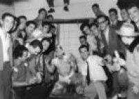 """Calouro, também chamado de """"bicho"""", é preso em jaula improvisada e toma banho de farinha durante<a href='http://acervo.estadao.com.br/noticias/acervo,viu-essa-foto-1958-trote-universitario,13139,0.htm' target='_blank'>trote universitário</a>feito por veteranos da Universidade Presbiteriana Mackenzie. São Paulo, SP. 17/03/1958."""