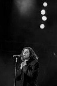 O vocalista da banda INXS, Michael Hutchence, durante apresentação no festival Rock in Rio II, no estadio do Maracanã,Rio de Janeiro, RJ. 19/01/1991.