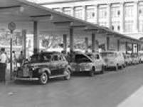 Junto à antiga rodoviária, em frente à Estação Júlio Prestes, táxis e carros particulares aguardam em fila a chegada de passageiros, região central de São Paulo, SP, 30/10/1963.