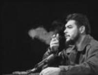 O revolucionário Che Guevara fuma charuto ao discursar em 1964.