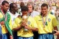 Romáriobeija a taça acompanhado de Viola e Cafu , após a conquista do tetracampeonatono mundial de futebolnos Estados Unidos, 17/7/1994. O Brasil venceu a final contra a Itália nos pênaltis.