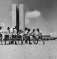 Crianças jogam futebol na<a href='http://acervo.estadao.com.br/pagina/#!/19670820-28329-nac-0008-999-8-not/busca/Bras%C3%ADlia' target='_blank'>recém-inaugurada capital federal</a>Brasília. Foto:9/5/1960