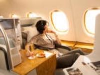 US$ 3.755 (São Paulo-Dubai-São Paulo) - A cabine em cores quentes e tons de terra da executiva da<a href='http://www.emirates.com/br' target='_blank'>Emirates</a>, cuja base é Dubai, trazem um clima de Oriente Médio ao voo. As poltronas reclinam completamente, os cosméticos são da marca Bulgari e as refeições, apesar do cardápio internacional, têm um toque bastante regional. O sistema de entretenimento de bordo ICE é um dos mais premiados da indústria. Em mais de 70 cidades, passageiros da executiva podem pedir motorista para levar e buscar no aeroporto. Econômica desde US$ 825