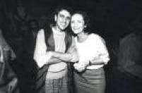 Caetano Veloso prestigiou um dos shows de Cazuza, ao lado da mãe do cantor, Lucinha Araújo.