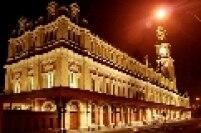 Estação da Luz iluminada durante a madrugada em São Paulo. Além da estação metroviária e ferroviária, o local abriga também o Museu da Língua Portuguesa.