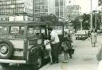 <a href='http://acervo.estadao.com.br/pagina/#!/19720727-29853-nac-0028-999-28-not/busca/transporte%20escolar' target='_blank'>Perua escolar</a>na avenida Paulista em 1970