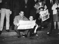 Paulistanos lêem sobre a vitória da Seleção na edição especial do Estadão, colocada em circulação nas ruas minutos depois da final do Campeonato Mundial de Futebol de 1962, 17/6/1962. O Brasil venceu a Checoslováquia e garantiu o bicampeonato no mundial de futebol.