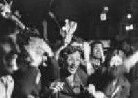Torcedores vistos na região central da capital paulista comemorando a conquista do tricampeonato mundial de futebol, após vitória do Brasil por 4 a 1 contra a Itália, na Copa do Mundo realizada no México, 21/6/1970.