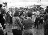 Jovens ensaiavam passos de dança na pista do aeroporto à espera do ídolo do rock