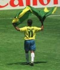 Após a conquista do tetracampeonato da Copa do Mundo, ante a Itália, na disputa por pênaltis, Romário comemora o título com a bandeira do Brasil, 17/7/1994.
