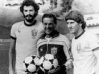 Os craques Sócrates e Zico,com o técnico<a href='http://acervo.estadao.com.br/noticias/personalidades,tele-santana,542,0.htm' target='_blank'>Telê Santana</a>, durante preparção da Seleção paraa Copa do Mundo em16/5/1982