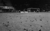 Gramado do Pacaembu cheio de garrafas jogadas pela torcida depois do jogo que<a href='http://acervo.estadao.com.br/pagina/#!/19910322-35614-nac-0033-999-33-not/' target='_blank'>eliminou o Corinthians da Libertadores</a>em 1991