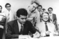 O deputado<a href='http://acervo.estadao.com.br/pagina/#!/19990820-38657-spo-0004-pol-a4-not/busca/A%C3%A9cio+Neves' target='_blank'>Aécio Neves e Mário Covas</a>em foto dos anos 90