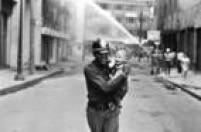O bombeiro Geraldo Alves de Andrade socorre criança durante o incêndio do Edifício Andraus,São Paulo, SP, 24/02/1972.