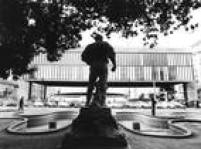 Escultura em mármore 'Anhanguera' de Luiz Brizzola em frente ao Masp, ainda com o espelho d'água em foto de 1972. A obra foi concebida em Gênova, na Itália, pelo escultor Luiz Brizzolara e inaugurada em 11/8/1924 nos jardins do Palácio dos Campos Elísios. Foi transferida para a frente do parque Trianon em 1935.