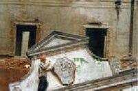 No detalhe, operário remove o brasão da família Matarazzo durante processo de demolição do palacete, 08/01/1996