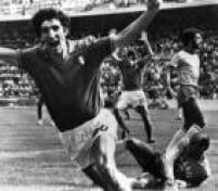 O italiano Paolo de Rossi comemora após marcar seu segundo gol contra o Brasil, 05/7/1982. <a href='http://https://acervo.estadao.com.br/noticias/acervo,copa-do-mundo-historia-campeoes-e-artilheiros,70002324133,0.htm' target='_blank'>A Itália venceu o Brasil por 3 a 2</a>, com três gols de Rossi, e tirou os brasileiros da competição.