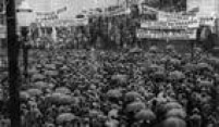 Manifestantes pedempor umaConstituição em evento realizado na Praça da Sé, 1932.