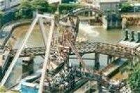 Visitantes lotam as filas do brinquedo chamado de Barco Viking, no parque de diversões Playcenter, em São Paulo, 09/02/1997