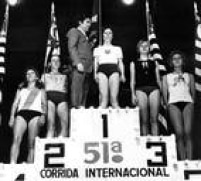 Pódio da primeira prova feminina da São Silvestre em 31/12/1975. A corredora Christa Vahlensieck da Alemanha Ocidental foi a vencedora. A competição decidiu abrir uma prova feminina para celebrar o Ano Internacional da Mulher, data instituída pela ONU em 1975