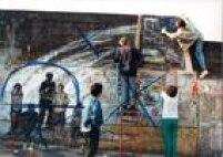 Grafiteiros fazem mural em protesto contra a matança de menores no Rio de Janeiro em 1993.