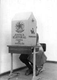 Eleitora vota em colégio eleitoral da Vila Leopoldina, São Paulo, SP, 15/11/1974.
