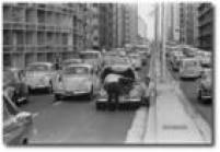 Carro quebrado provocou congestionamento<a href='http://acervo.estadao.com.br/noticias/acervo,fotos-historicas-o-primeiro-dia-do-minhocao,11262,0.htm' target='_blank'>no dia da inauguração</a>