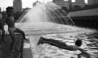 Criançasbrincam no chafariz da Praça da Sé, 1/11/1990