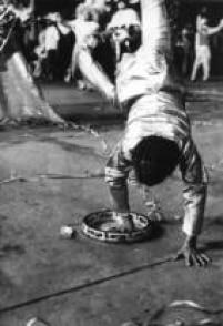 Durante desfile de escolas de samba na ruas do Rio de Janeiro, passista dança e faz uma estrela,1972