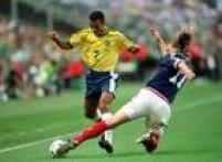 Emmanuel Petit desarma Cafu na final da<a href='http://https://fotos.estadao.com.br/galerias/acervo,copa-do-mundo-1998-franca,37351' target='_blank'>Copa do Mundo na França</a>, 12/7/1998. O Brasil perdeu por 3 a 0 e a França se tornou campeã mundial.
