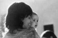 A cantora<a href='http://A cantora Nara Leão com sua filha, Isabel Leão Diegues, 13/4/1971' target='_blank'>Nara Leão</a>com sua filha, Isabel Diegues, 13/4/1971