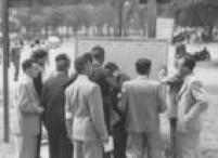Eleitores buscam pelos locais de votação nas listas afixadas nas ruas da cidade, 1953