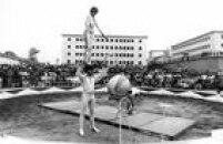 No pátio da Penitenciária do Carandiru, presos assistem apresentação do Circo Orfei em 27/07/1979