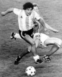 O craque argentino, Diego Maradona, visto em lance com o jogador belga Guy Vandermissen, durante jogo de abertura da Copa do Mundo na Espanha, 13/6/1982, em Barcelona, na Espanha. A Bélgica venceu a Argentina por 1 a 0.