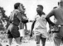 Pelédiscute com o árbitro Armando Marques, durante um amistoso da Seleção Brasileira,Paraná, Curitiba, 13/11/1968.