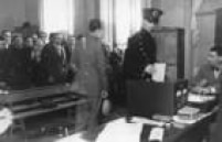 Fila de eleitores aguardam votação em zona eleitoral de São Paulo, em 1934.
