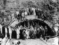 Operários e engenheiros posam para foto em frente à obra do do Túnel 9 de Julho, em janeiro de 1937.Foto: Acervo/Estadão