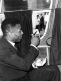 De dentro do ônibus, antes do embarque da Seleção para o Brasil, Pelédáautógrafo a torcedor, após a conquista da Copa do Mundo do Chile.Santiago, Chile,01/7/1962.