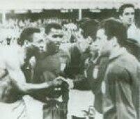 Depois do Brasil perder para Portugal por 3 a 1, Pelé troca sua camisa com Torres e cumprimenta Augusto, 19/7/1966. A derrota significou a eleiminação do Brasil da<a href='http://https://fotos.estadao.com.br/galerias/acervo,copa-do-mundo-de-1966,37278' target='_blank'>Copa do Mundo na Inglaterra</a>.