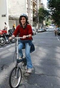 A candidataSoninha Francine (PPS)chega de bicicleta ao debate de propostas para melhorar as condições de mobilidade dos paulistanos, 22/9/2008.