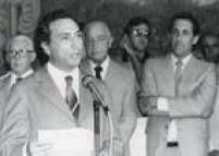 Michel Temer discursa na sua posse como secretário de Segurança Pública do Estado de São Paulo, no Palácio dos Bandeirantes, 31/01/1984. Ao fundo o governador Franco Montoro e Orestes Quércia